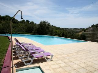 Great Views,  Large Pool & lots of Space, Patroves