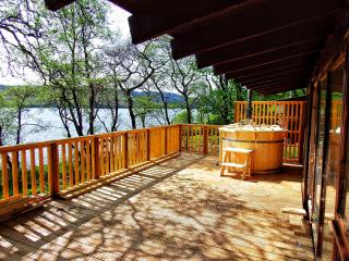Lochside Log Cabin with Hot Tub & BBQ Hut