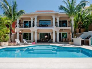 Chic, casual luxury, private, spacious, ideal location minutes walk to the beach