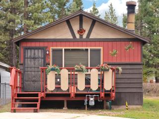 Walk to Big Bear Speedway! Cozy cabin for small families and couples, WiFi, BBQ