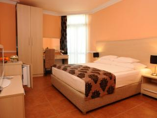Double private room for 2 persons - 300m to beach, Becici