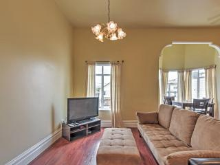 Charming 2BR Oakland Townhome w/Wifi, Expansive Backyard & Flat Screen TV - Within Walking Distance of Downtown Oakland!