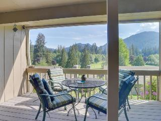 Charming mountain condo w/ golf course views & nearby ski access!, Welches