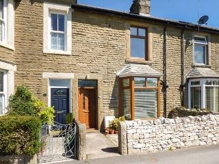 ASH HOUSE, woodburner and open fire, pet-friendly, enclosed garden, WiFi, Silverdale, Ref 925438