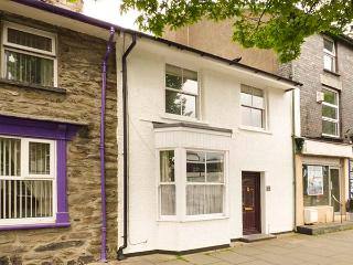 PENLLYN HOUSE, terraced, pet-friendly, enclosed courtyard, WiFi, in Bala, Ref