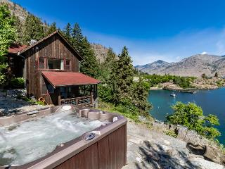Escape with this wonderful waterfront cabin with dock & hot tub, Chelan