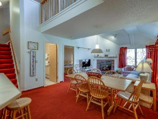 Cozy mountain condo w/ shared hot tub & pool near ski slopes!