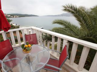 Beachfront Apt with Sea View Terrace near Trogir, Okrug Gornji