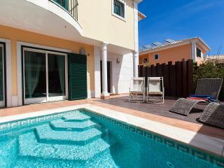 Attractive villa private pool & WiFi close to golf, Cascais