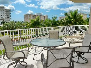 Spacious condo w/ sky views & short walk to South Beach