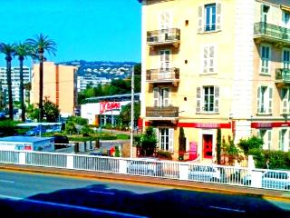"""CANNES CENTER - ON RUE D'ANTIBES"""