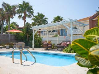 "Casa Malbec ""A"" - 1/2 Block from the beach - WiFi, Isla del Padre Sur"