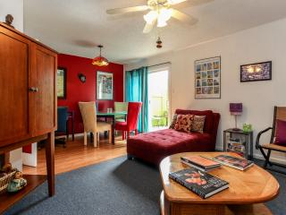 Zilker Park Place-Great Location-Comfy-Fun-Color, Austin