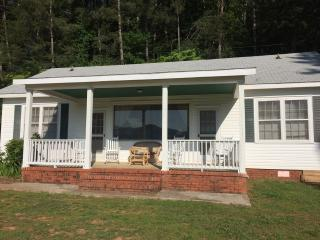 Lakefront Getaway with Fabulous Mountain Views, Hayesville
