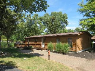 3 Bedroom 2 Bath Home in Island Club - Sleeps 8. Parking and Pool Access.