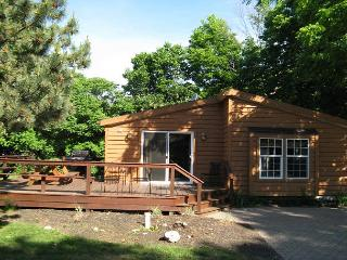 Cozy and Fun! 3 BR 2 BA Island Club Cottage - Sleeps 8, Close to Entrance