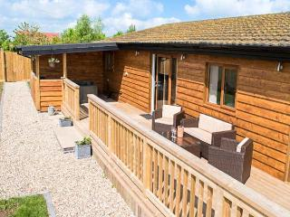 KINGFISHER LODGE, all ground floor, detached, hot tub, WiFi, pet-friendly, Brandesburton Ref 937111