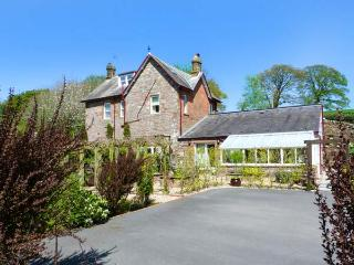NORTH LODGE, all bedrooms with TV, open fire, WiFi, large garden, pet-friendly,