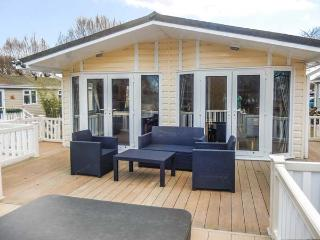 THE BOATHOUSE LODGE, private hot tub, great on-site facilities, WiFi, Tattershal