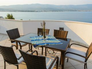 Penthouse with spectacular view and pool, Arbanija