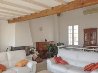 Sunny house with furnished terrace, Marseillette