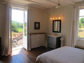 La chambre Eclipse et son balcon ouvrant sur le jardin et la vallée du Lot.