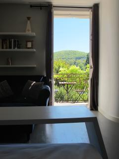 Chambre Pigeonnier. Vue depuis le lit. Son balcon ouvrant sur le jardin et la vallée du Lot.