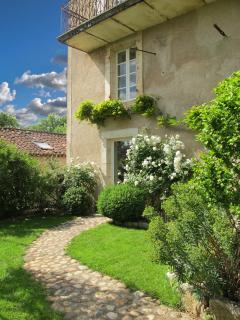 Maison vue du jardin avec la fenêtre de la salle à manger au 1er et mon atelier au rez de chaussée.