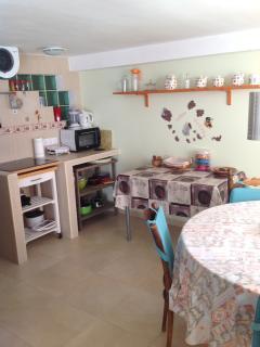 cocina con placa vidrioceramica frigorifico a bajo de la placa de cocion -horno e microonda