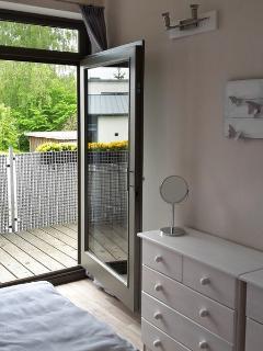 Schlafzimmer ebenfalls mit Zugang zum Balkon