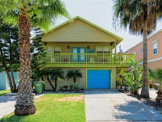 WAY CUTE!  BEACH HOUSE apartment, close to beach! Costa Bella Courtyard