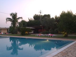 villa con piscina, San Michele Salentino