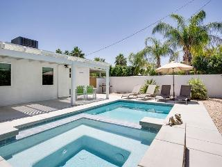 2BR/2BA Pool/ Jacuzzi in Palm Springs Covered patio with Mountain views