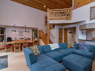 Light-Filled, Newly Remodeled Tahoe Donner Cabin, Near Skiing and Downtown, Truckee