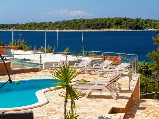 Pool apartment for rent in Vela Luka