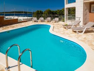 Apartment for rent in villa with pool, Vela Luka