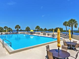 Magnificent 2BR Hudson Condo w/Wifi, Gulf Front Views, Community Pool & Close Proximity to Shopping, Golfing, Restaurants & Beaches!