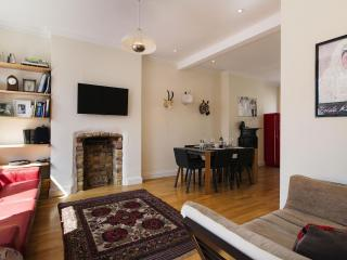 Spacious West Kensington Perham Pearl apartment in Hammersmith with WiFi., London