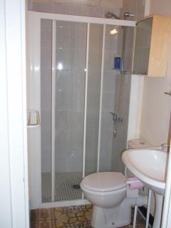 La salle de bains à côté de la chambre mimosa, au rez-de-chaussée.