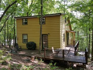 Jeffrey's Hideaway Treehouse Romantic Helen Cabin! 1 BR and 1 BR in loft area