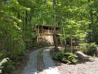 Jeffrey's Hideaway Treehouse Romantic Helen Cabin!
