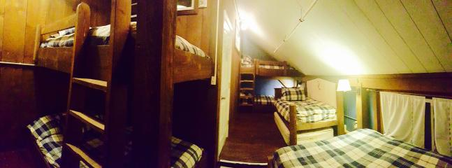 Barn Board Bunk Room: 4 full size, 1 queen and 2 twin beds = total 12 people