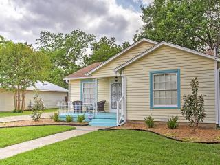 New Listing! 'Lynn's Doll House' Quaint & Welcoming 2BR McKinney House w/Wifi, Spacious Fenced-In Yard & Fantastic Location! Just 1.2 Miles from Downtown McKinney Square & More!