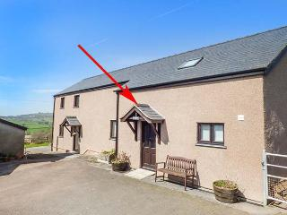 YSGUBOR - BARN, hot tub, countryside location, enclosed patio, Abergele, Ref 937