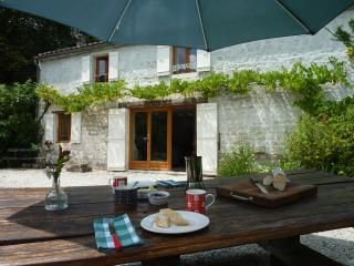 La Petite Bergerie - 2 bedroom gite - shared pool, Crazannes