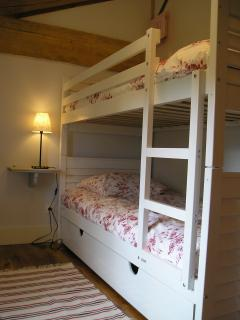 Bunk bedroom, also small single bed
