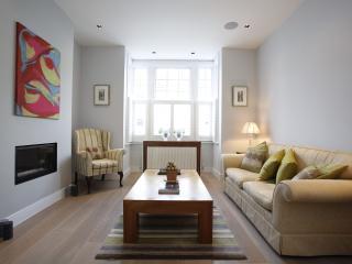 Sleek 3 bedroom home on Fernhurst Road, Fulham, Londres
