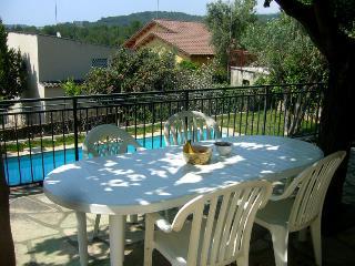Terraza con vistas al mar y acceso a la piscina.