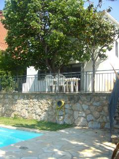Vista de la casa y terraza.
