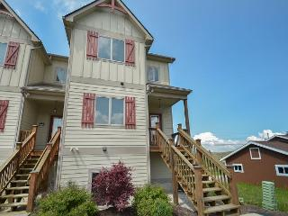 Amazing 4 Bedroom Townhome with hot tub in the heart of Deep Creek Lake!